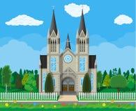 有树和篱芭的天主教会大教堂 免版税图库摄影