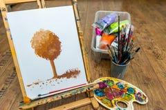 有树图画的画架与艺术学校的油漆 库存图片
