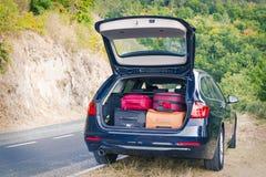 有树干的汽车装载带着手提箱 免版税库存照片