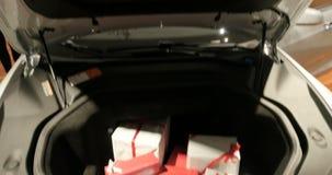 有树干的特斯拉汽车用礼物盒填装了 股票录像