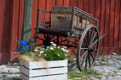 有树干的老运输车 库存图片