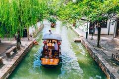 有树的中国传统小船在上海朱家角运河浇灌镇 图库摄影