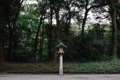有树的日本风格木灯笼在背景 免版税库存图片