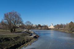 有树的河和在岸的教会视图 免版税库存照片