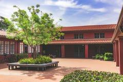 有树的红色庭院 免版税图库摄影