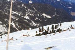 有树的高山瑞士山中的牧人小屋房子和山雪全景在冬天在Stubai阿尔卑斯 库存照片