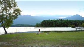 有树的鸟瞰图湖在高地的银行 影视素材