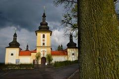 有树的巴洛克式的教会 免版税图库摄影