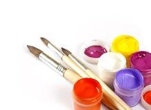 有树胶水彩画颜料的瓶子和在白色背景的画笔 免版税库存照片