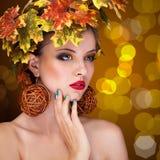 有树autmn装饰品的美丽的妇女在头 免版税库存照片