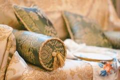 有样式的枕头在沙发 免版税库存图片