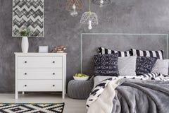 有样式细节的现代卧室 库存照片