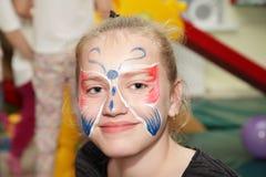 有样式蝴蝶的面孔青少年的女孩 库存图片
