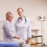 有核对的医生办公室前辈妇女 免版税图库摄影