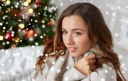 有格子花呢披肩的愉快的少妇在家圣诞节的 免版税库存照片