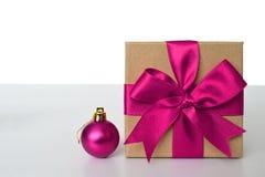 有桃红色丝带和桃红色圣诞节球的礼物盒 免版税库存照片