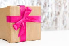 有桃红色丝带的礼物盒在银色背景 免版税库存图片