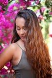 有桃红色九重葛的美丽的女孩 图库摄影