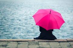有桃红色伞的妇女