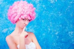 有桃红色假发的可笑的女孩 图库摄影