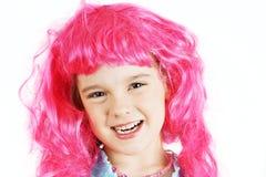 有桃红色假发的小女孩 免版税库存照片