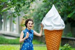 有桃红色冰淇凌的微笑的女孩 图库摄影