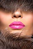 有桃红色唇膏的特写镜头美丽的女性嘴唇 免版税库存照片