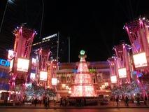 有桃红色圣诞树和人走的诺基亚广场 免版税图库摄影