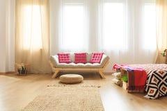 有桃红色坐垫的沙发 免版税库存照片