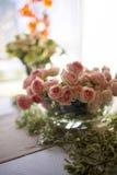 有桃红色庭院玫瑰的花瓶 库存图片