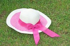 有桃红色弓的妇女帽子 免版税库存照片