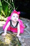 有桃红色弓的美丽的婴孩 免版税库存照片