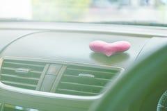有桃红色心脏和过滤器蓝色的里面汽车点燃 库存照片