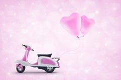 有桃红色心脏爱气球的桃红色滑行车玩具在浅粉红色听见 库存图片