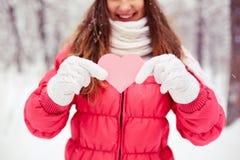 有桃红色心脏的女孩 免版税库存图片