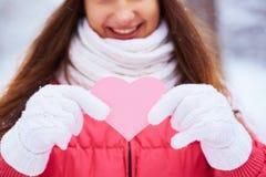 有桃红色心脏的女孩 免版税库存照片