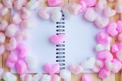有桃红色心脏的空白的笔记本在中部 库存照片