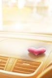 有桃红色心脏的里面汽车与乌贼属滤光器 免版税库存图片
