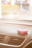 有桃红色心脏的里面汽车与滤光器 库存图片