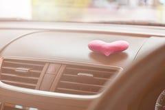 有桃红色心脏的里面汽车和过滤器点燃 库存照片