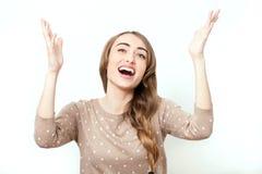 有桃红色摆在白色背景的演播室的嘴唇和完善的构成的秀丽时髦的白肤金发的妇女 与暴牙的微笑的面孔 Screa 免版税库存图片