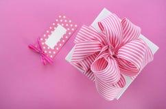 有桃红色条纹丝带的愉快的母亲节白色礼物盒 免版税库存照片