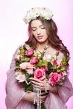 有桃红色构成和花的美丽的女孩 库存照片