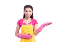 有桃红色橡胶手套showin的微笑的年轻清洁亚裔夫人 免版税库存图片