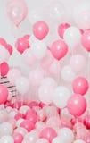 有桃红色气球的屋子 免版税库存图片