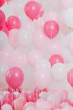 有桃红色气球的屋子 库存图片