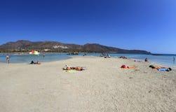 有桃红色沙子的浅清楚的海在Elafonisi,克利特 免版税库存图片