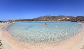 有桃红色沙子的浅清楚的海在Elafonisi,克利特 库存照片