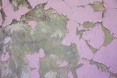 有桃红色油漆的葡萄酒老Dameged墙壁 免版税库存照片