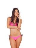 有桃红色游泳衣认为的可爱的妇女 免版税库存照片